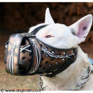 זמם עור לכלב בצביעה ידנית בסגנון גדר תיל